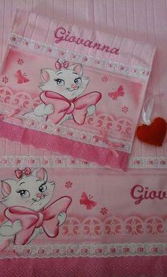 Kit De Toalha Banho E Mão Baby Crafts, Diy And Crafts, Baby Sheets, Disney Fairies, Smart Doll, Rose Art, Animal Cards, Diy Pillows, Baby Knitting Patterns