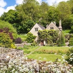 This lovely cottage, with a generous garden and gorgeous climbing wisteria, sits in the Gloucestershire village of Duntisbourne Leer #cottage #dreamhome #cotswolds (📷Stephen Dorey)