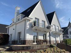 Mooie geslaagde renovatie met crepi van een dubbelwoonst te Knokke! Facades, Doors, Mansions, House Styles, Home Decor, Decoration Home, Manor Houses, Room Decor, Villas