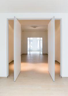 Double pivot door with offset axis pivoting hinges without built-in floor fixtures. #pivot #pivotdoor