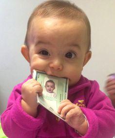 Faça como a Giovanna, ande sempre com o RG. Pode dar uma mordidinha na hora de tirar uma foto, mas tente conservar bem o documento #BebêPoupatempo Se ainda não tirou o RG do seu bebê, baixe o aplicativo 'SP Serviços' no seu celular e agende sua visita ao #Poupatempo