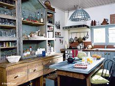 Véritable lieu de convivialité, la cuisine esprit campagne séduit pour ses airs d'autrefois....