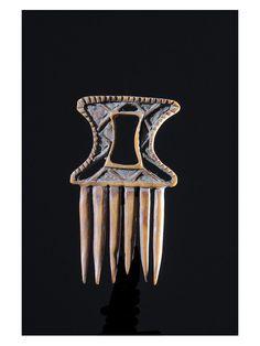 Chez lesAshanti, ce type de peigne orné de symboles proverbiaux (Symboles Adrinka) se nommeAfe. Ils faisaient partie des dons symboliques que recevait la jeune épouse lors des rites du mariage. Ils présentaient des formes diverses et portaient souvent des motifs traditionnels tel l'oiseau Sankofa ou des motifs plus modernes (bateau, camion, drapeau).