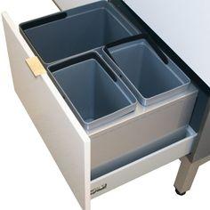 Laatikon pohjaan ja etulevyyn kiinnitettävä, tukeva jätelajittelujärjestelmä laatikoille. Väri hopeanharmaa, sopii sankoineen 350 mm korkean laatikon etulevyn taakse ja useimpiin vähintään 400 mm syviin vetolaatikoihin. Soveltuu hyvin myös korkean etusarjan (700 mm) kanssa käytettäväksi. Voidaan käyttää myös leveissä laatikoissa, jolloin tilaa jää sivuille. #jätelajittelu #keittiö #jätesanko #keittiömekanismi #gripshop Cube, Tray, Kitchen, Cooking, Kitchens, Trays, Cuisine, Cucina, Board