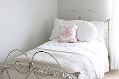 gorgeous bed linen & cushions...love me some ruffles...