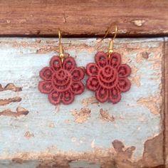 """Boucles d'Oreilles en dentelle marron """"Fleur Design"""" - Fleur en dentelle marron de la boutique ArmelleCreation sur Etsy Fleur Design, Crochet Earrings, Creations, Boutique, Etsy, Jewelry, Ribbons, Accessories, Lace Earrings"""