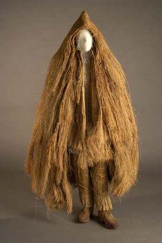 Coroza  Conjunto realizado en junco, compuesto por la caparucha (capa con capucha), bajo la cual se pone la coroza, que está confeccionada en tres partes, la exterior a modo de capote que cubre los hombros y llega hasta la cintura, y dos interiores que comienzan desde los hombros a modo de tirantes y que llegan hasta los pies. En la parte inferior de las piernas se ponen las polainas y para los pies unas botas de cuero con suela de madera. Galicia. Es una prenda