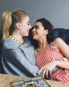 maisie williams and sophie turner more than best friends they are lovers Sophie Turner Xmen, Sophie Turner Body, British Actresses, Actors & Actresses, Classic Actresses, Sophie Turner Instagram, Sophie Turner Photoshoot, Maisie Williams Sophie Turner, Sophia Turner