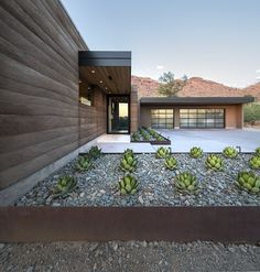 This modern rammed earth home was designed against a rugged backdrop by Kendle Design Collaborative, located in Paradise Valley, Arizona. Residential Building Design, Residential Architecture, Architecture Design, Rammed Earth Homes, Rammed Earth Wall, Hillside House, Courtyard House, Hillside Garden, Paradise Valley