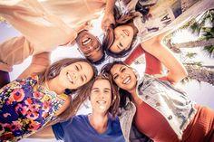 Ein Fernauslöser, der sich über Bluetooth mit dem Smartphone verbindet, kann dafür genutzt werden, tolle Gruppenbilder aus ungewöhnlichen Perspektiven zu schiessen. Das Phone liegt auf dem Boden und eine Gruppe von Personen beugt sich darüber...Mehr Ideen und Tipps auf http://www.fotos-fuers-leben.ch/.