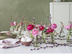Slik pynter du et vakkert konfirmasjonsbord Hygge, Flower Arrangements, Glass Vase, Candle Holders, Table Settings, Candles, Table Decorations, Spring, Flowers