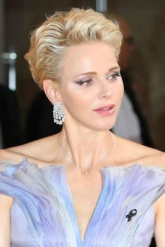 I know fairy princesses don't exist but can we all admit that she kind of looks like a fairy princess?* Princess Charlene Of Monaco Wore The Most Stunning Dress Short Thin Hair, Short Grey Hair, Short Hair With Layers, Short Hair Cuts, Thin Hair Styles For Women, Hair Styles 2016, Curly Hair Styles, Side Bangs Hairstyles, Long Face Hairstyles