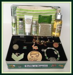 Suze likes, loves, finds and dreams: Fabulous Freebie Weekend Giveaway: Filled Jewelry Box & Beauty Pouch