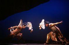 The Lion King, el musical, puesta en escena, enfrentamiento entre Scar y Simba, Broadway, New York. #ElReyLeón #Musical #Broadway #Entradas Reserva tu entrada: http://www.weplann.com/nueva-york/entradas-el-rey-leon-musical-broadway