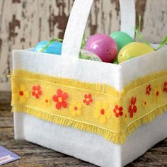 A few pieces of felt and a glue gun will have this felt Easter basket made without sewing a stitch! - Everyday Dishes & DIY
