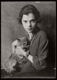 arnold-genthe-1910s-vintage-studio-portraits-of-girls-with-cat-17