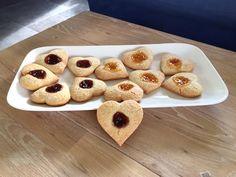 Brosse #koekjes van #zanddeeg, gevuld met #aardbeienjam en #abrikozenjam: #jamkoekjes. Muffin, Snacks, Cookies, Breakfast, Desserts, Food, Crack Crackers, Morning Coffee, Tailgate Desserts