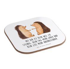 Quadratische Untersetzer Igel Liebe aus Hartfaser  natur - Das Original von Mr. & Mrs. Panda.  Dieser wunderschönen Untersetzer von Mr. & Mrs. Panda wird in unserer Manufaktur liebevoll bedruckt und verpackt. Er bestitz eine Größe von 100x100 mm und glänzt sehr hochwertig. Hier wird ein Untersetzer verkauft, sie können die Untersetzer natürlich auch im Set kaufen.    Über unser Motiv Igel Liebe  Das Gefühl verliebt zu sein und seinen Verbündeten gefunden zu haben ist unbezahlbar.  Die…