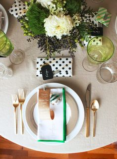 chic-holiday-table-setting-tablescape
