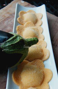 Ravioli ricotta e melanzane Pasta Recipes, Snack Recipes, Cooking Recipes, Ravioli Ricotta, Italy Food, Pasta Maker, Food Garnishes, Homemade Pasta, Relleno