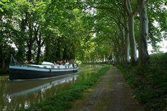 Avec ses 360 km de long, le Canal du Midi est l'un des plus beaux et des plus anciens canaux du monde. Tout au long de cette route fluviale reliant l'océan Atlantique à la mer Méditerranée, on peut rencontrer des centaines d'ouvrages d'art : ponts, aqueducs, tunnels ou encore écluses.  Il est inscrit au patrimoine mondial de l'humanité depuis 1996.