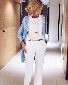 Si el toque de color a un total look blanco se lo das con los cárdigans de @lasantonias_es creas el look perfecto. #ootd