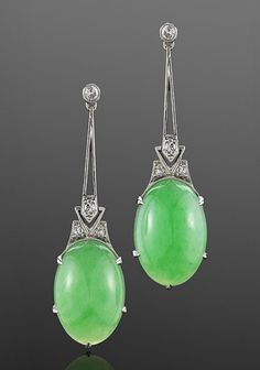 Pendientes de platino con diamantes y Jade. Alrededor de Jade and Diamond Deco Earrings, circa 1920 Bright oval jade cabochons are suspended on diamond and platinum wire work frames. Bijoux Design, Schmuck Design, Jewelry Design, Jewelry Accessories, Jade Jewelry, Art Deco Jewelry, Jewlery, Silver Jewelry, Art Deco Fashion