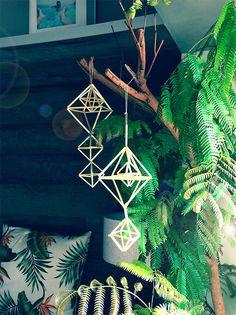 フィンランド伝統品のヒンメリ。ストローを使って手作りすることができるんです。自分好みの色や素材のストローを使えば、素敵なモビールの出来上がり。クリスマスのオーナメントにもオススメです。 Wedding 2017, Spring Wedding, Wire Crafts, Easy Crafts, Xmas, Christmas Ornaments, Handmade Ornaments, Chinese New Year, Handicraft
