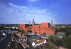 Het rode gebouw van Brugge. In het concertgebouw kun je bijna elke dag een of ander evenement bijwonen, het is dan ook het belangrijkste gebouw voor concerten in de omgeving.