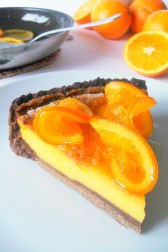 TARTA DE NARANJA (RECETA GANADORA DEL II CONCURSO DE RECETAS QUERIDA CARMEN) / Base: 120gr de mantequilla. 50gr de cacao en polvo. 200gr de harina. 1 huevo. azúcar. Relleno: 5 yemas de huevo. 25cl de zumo de naranja (2 naranjas). 60gr de azúcar lustre. 25gr de harina de maíz. Para confitar la naranja: 1 naranja. 200gr de azúcar. 25cl de agua.