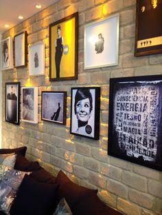 Aprenda como fazer uma moderna composição de quadros na parede e dê um up na decoração! Veja ideias e opções de mix de quadros.