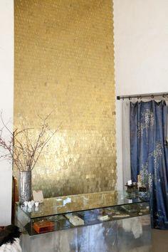 Un mur de la boutique est recouvert de rondelles en laiton