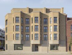 De Cadix-wijk in Antwerpen wordt langzaam getransformeerd van een voormalige havenbuurt naar een nieuwe stadswijk. Innovative Architecture, Facade Architecture, Eckhaus, Building Facade, Neoclassical, Bay Window, Brick, Multi Story Building, Art Deco