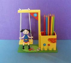 Balanço porta lápis feito de madeira mdf, com os personagens do Show da LUNA em biscuit. Mínimo de 20 peças. Sortidos conforme o cliente escolher.