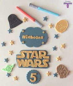Star Wars themed edible cake Topper  Includes: Star Wars logo Four character heads - Darth Vader, C3PO, Yoda, Chewbacca Two lightsabers Stars Name on plaque Age  Once you order please let me know if youd like the items to be a different colour as well as the NAME and AGE required and the DATE you need it for. Combined postage discounts offered  All are edible and made from fondant with a best before date of at least 6 months. They will keep very well if stored in a non-airtight box in a…