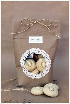 pretty packaging Window and doily on brown paper Dulce de Leche: Mandovo kardamnov macaroons a vyhodnotenie Giveaway Pretty Packaging, Food Packaging, Packaging Ideas, Diy Cookie Packaging, Food Gifts, Craft Gifts, Brown Paper Packages, Paper Doilies, Brown Bags