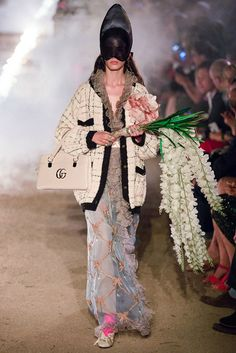 Gucci Resort 2019 Fashion Show Collection: See the complete Gucci Resort 2019 collection. Look 65 Gucci Fashion, Couture Fashion, Runway Fashion, Fashion Art, Fashion Brands, High Fashion, Womens Fashion, Style Fashion, Hermes