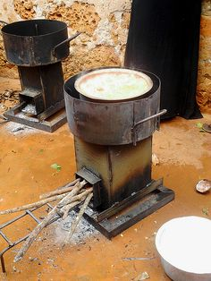 The Rocket Stove is a clean burning and fuel-efficient cooking stove which can… Outdoor Cooking Stove, Wood Stove Cooking, Outdoor Stove, Stove Heater, Stove Oven, Barbacoa, Cooking Ham In Crockpot, Cooking Lamb, How To Cook Brats