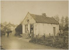 Pand schoenmaker C. de Beer, Strijpse Pad. Links op achtergrond het Genderbruggetje en de coöp. melkinrichting St. Petrus -  Auteur: niet vermeld - 1925-1935
