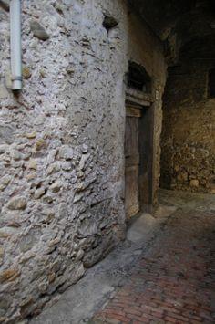 Bordighera (IM) centro storico del Paese Alto  Via Condamine #liguriadascoprire