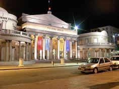 Teatro Solis Montevideo Uruguay Teatro Solís - La farola del Solís es un elemento patrimonial que data desde la inauguración del teatro en el año 1856. Su finalidad era anunciarle a los vecinos de Montevideo cada vez que había función. Era visible desde cualquier lugar de la ciudad poblada dado que en ese momento no habían edificios de gran porte. Hasta el día de hoy se sigue cumpliendo con esta tradición.