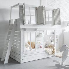 Diese einzigartige kleines Haus Etagenbett wurde erstellt, wenn ein Kunde uns zu Fragen kam, wenn wir mit etwas kommen könnte, die 3 seiner Kinder in einem Zimmer schlafen und sehen aus wie ein kleines Haus. Es gibt viel Platz für 3 Kinder bequem hier passen (Beachten Sie die ausziehbare Teil des
