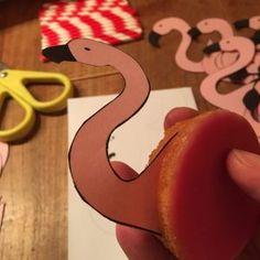 DIY   Flamingo traktatie (pas op, niet gezond!)   Mama's Liefste Mini Donuts, Flamingo Party, Diys, Symbols, Letters, Birthday, School, Flamingo, Mini Doughnuts