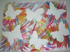 """over sjablonen van vlinders heen """"vegen""""met penselen en plakkaatverf."""