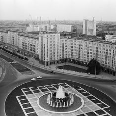 BERLIN 01.06.1967 Hochhäuser am Strausberger Platz in Berlin entlang der Karl-Marx-Allee   V-like-Vintage