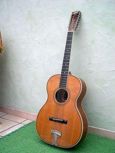 """reproduction de Stella 12 cordes """"Leadbelly"""" par Ralph Bown (York, UK) fabriquée en 1993  Table épicéa fond et éclisse acajou du Honduras manche acajou touche ébène mécaniques """"maison"""" fabriquées à partir de 4 sets de mécanique Schaller pour mandoline Ladder-Braced Diapason 26.5 pouces Accordée en C (2 tons plus bas), montée avec des cordes 13-66 Guitar Shop, Cool Guitar, Archtop Guitar, Acoustic Guitar, 12 String Guitar, Mandoline, Ibanez, Guitar Design, Classical Guitar"""