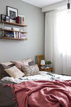 String Pocket -hylly: 9 kuvaa oikeista kodeista   Meillä kotona String Pocket, Comforters, Art Deco, Blanket, Bed, Table, Furniture, Decoration, Tips