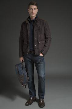 Camisa jeans, tricô marinho com zíper, jaqueta marrom de nylon em matelassê e recortes de camurça, calça jeans com leve estonado e oxford de couro com solado de borracha. A mochila com mix de cores e texturas é sóbria e perfeita para carregar os pertences em um passeio do final de semana.