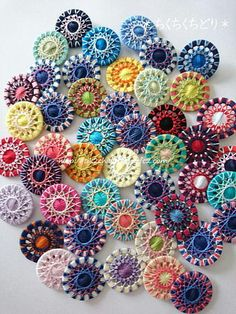 Crochet Buttons Diy Buttons Button Art Button Crafts Modern Embroidery Embroidery Stitches Dorset Buttons Art Pour Les Enfants How To Make Buttons Crochet Crafts, Fabric Crafts, Crochet Projects, Christmas Crafts Sewing, Sewing Crafts, Sewing Hacks, Sewing Tutorials, Crochet Buttons, Diy Buttons