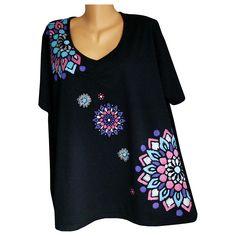 Černé tričko barevně malované veilikost 58 Ručně malované černé tričko s krátkým rukávem ze 100 % bavlny. Malovaný přední díl stříbrnou, malinovou, fialovou, světle modrou, tyrkysovou barvou. Rozměry šířka přes prsa 138 cm, spodní lem šíře 146 cm, délka76 cm. Tričko je z příjemného kvalitního materiálu, hlubší výstřih do V, pod výstřihem nabírání, ...